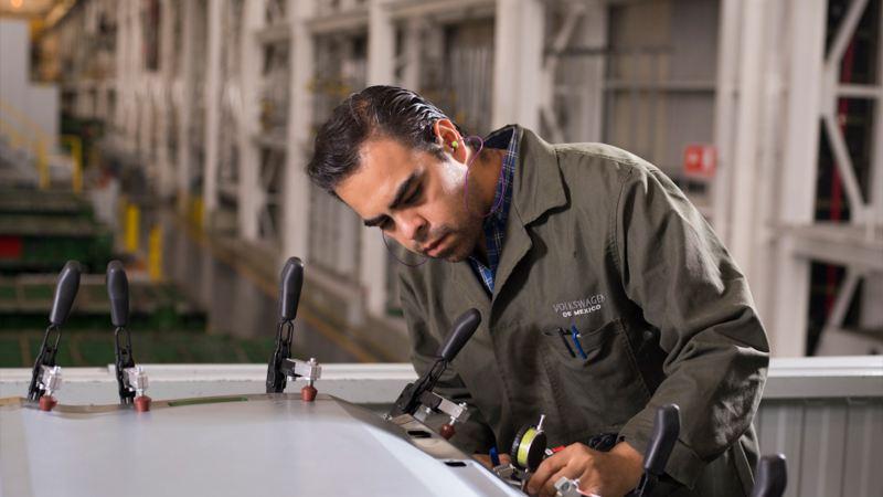Trabajador de Volkswagen México en taller de Servicio técnico