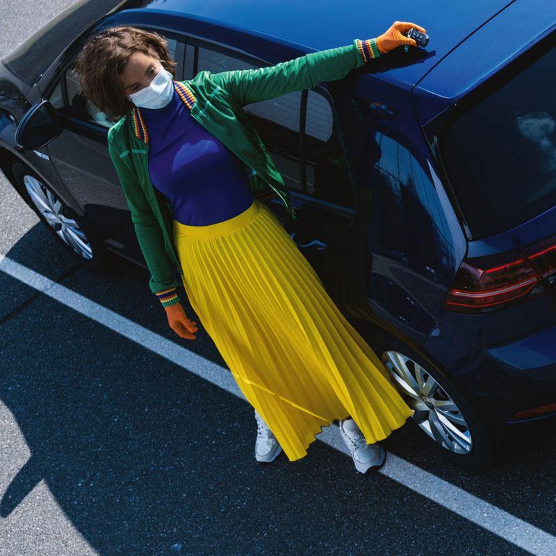 Mujer entregando su auto a Concesionario VW para Servicio