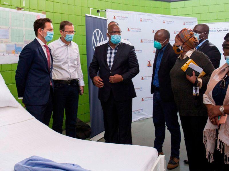 Personal de VWSA y primer ministro del Cabo Oriental, Lubabalo Oscar Mabuyane en hospital temporal