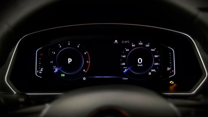 Vista del Digital Cockpit sobre el volante del SUV Tiguan 2020 de Volkswagen