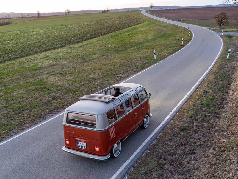 VW e-BULLI elbil på landsväg