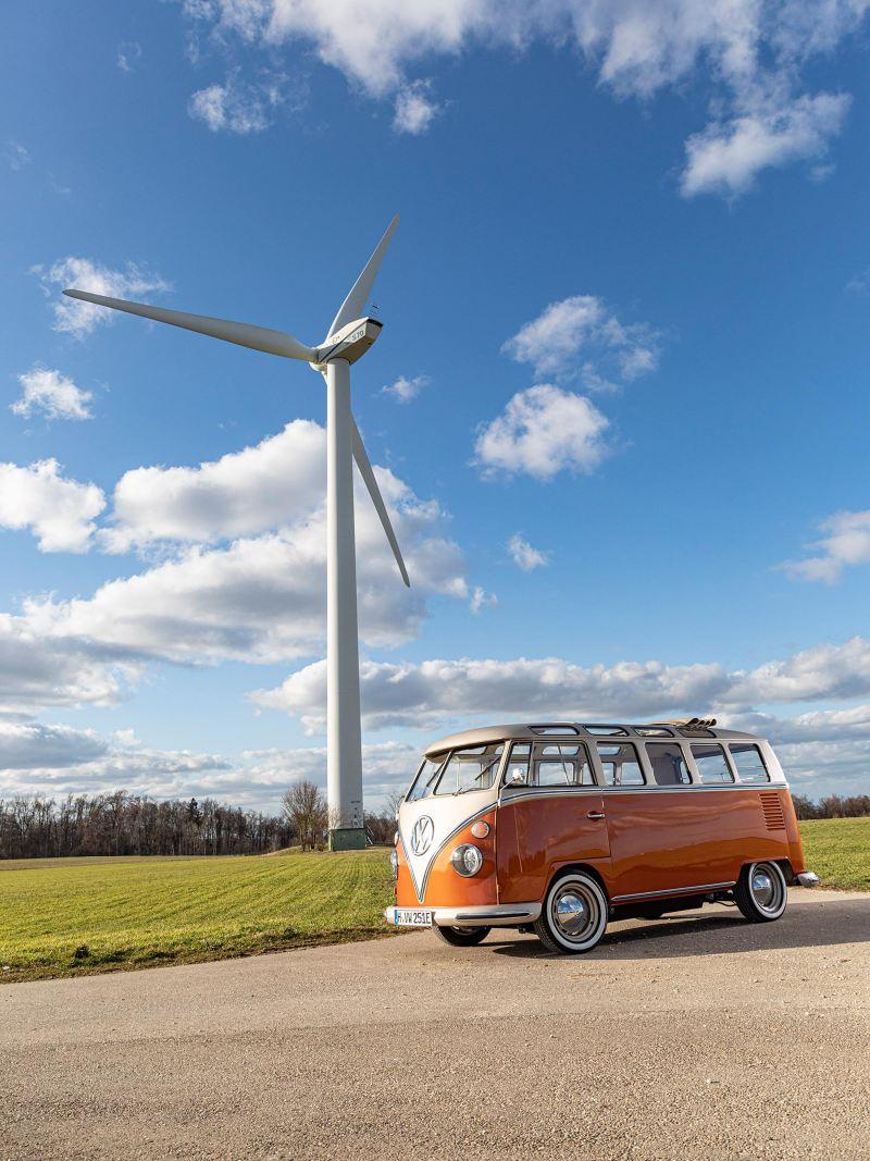 VW e-BULLI elbil framför vindkraftverk