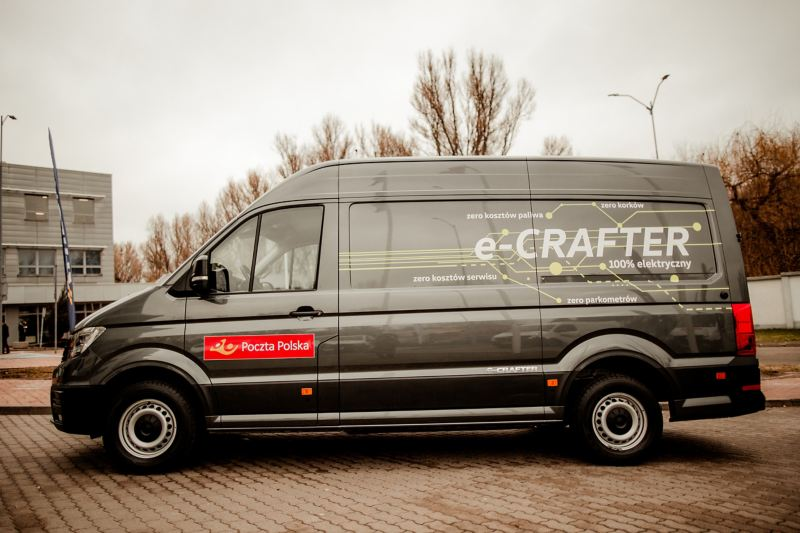 e-crafter oklejony w logo Poczty Polskiej - zdjęcie od boku