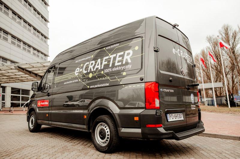 e-crafter oklejony w logo Poczty Polskiej stoi na parkingu- zdjęcie od tyłu