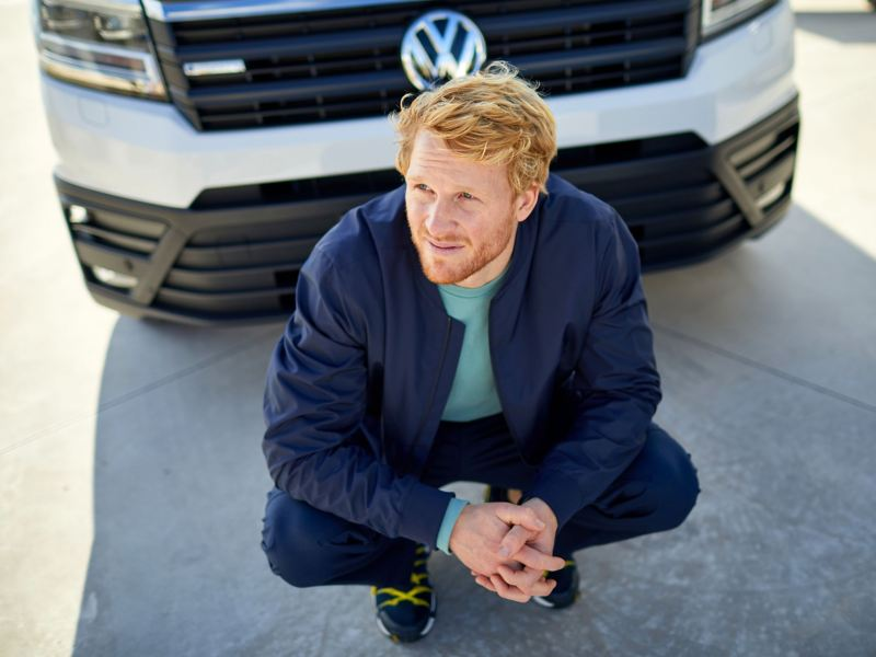 Marcel Schmidt di fronte al suo Volkswagen e-Crafter.