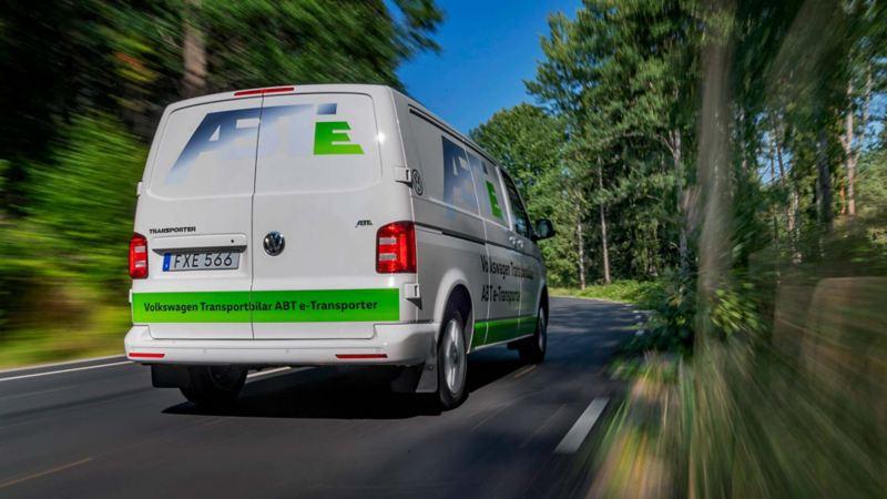 ABT e-Transporter eldriven skåpbil på en väg
