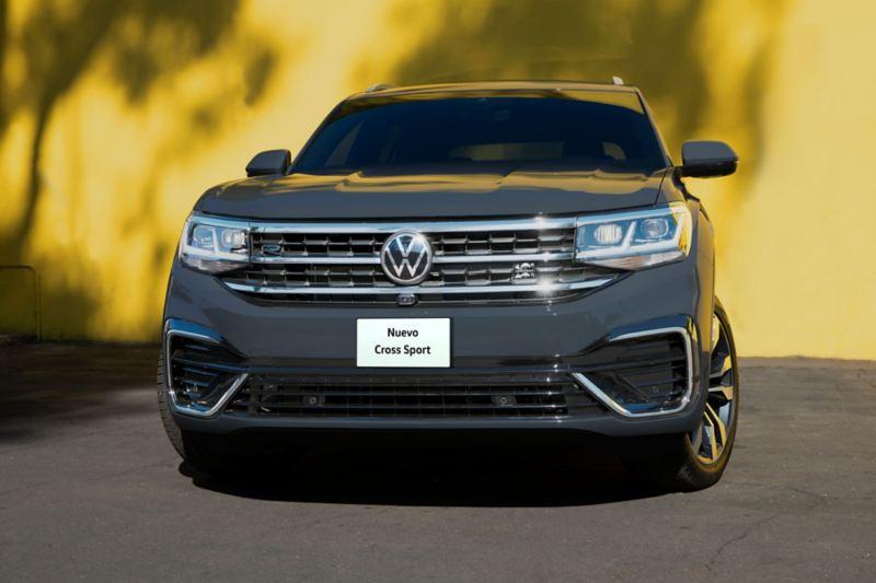 Nuevo logo Volkswagen en parrilla delantera y cajuela de VW Cross Sport 2021