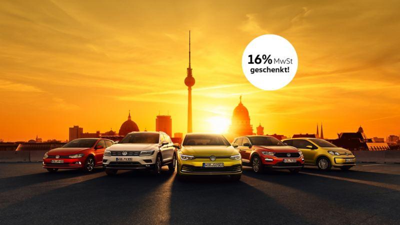 Volkswagen Polo, Tiguan, Golf 8, T-Roc und up! vor Montage deutscher Wahrzeichen und Sonnenaufgang