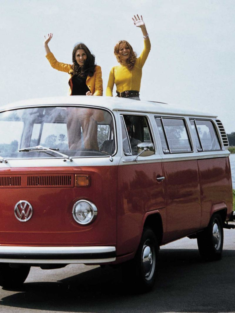 Volkswagen Folkabuss T2 med två kvinnor på taket