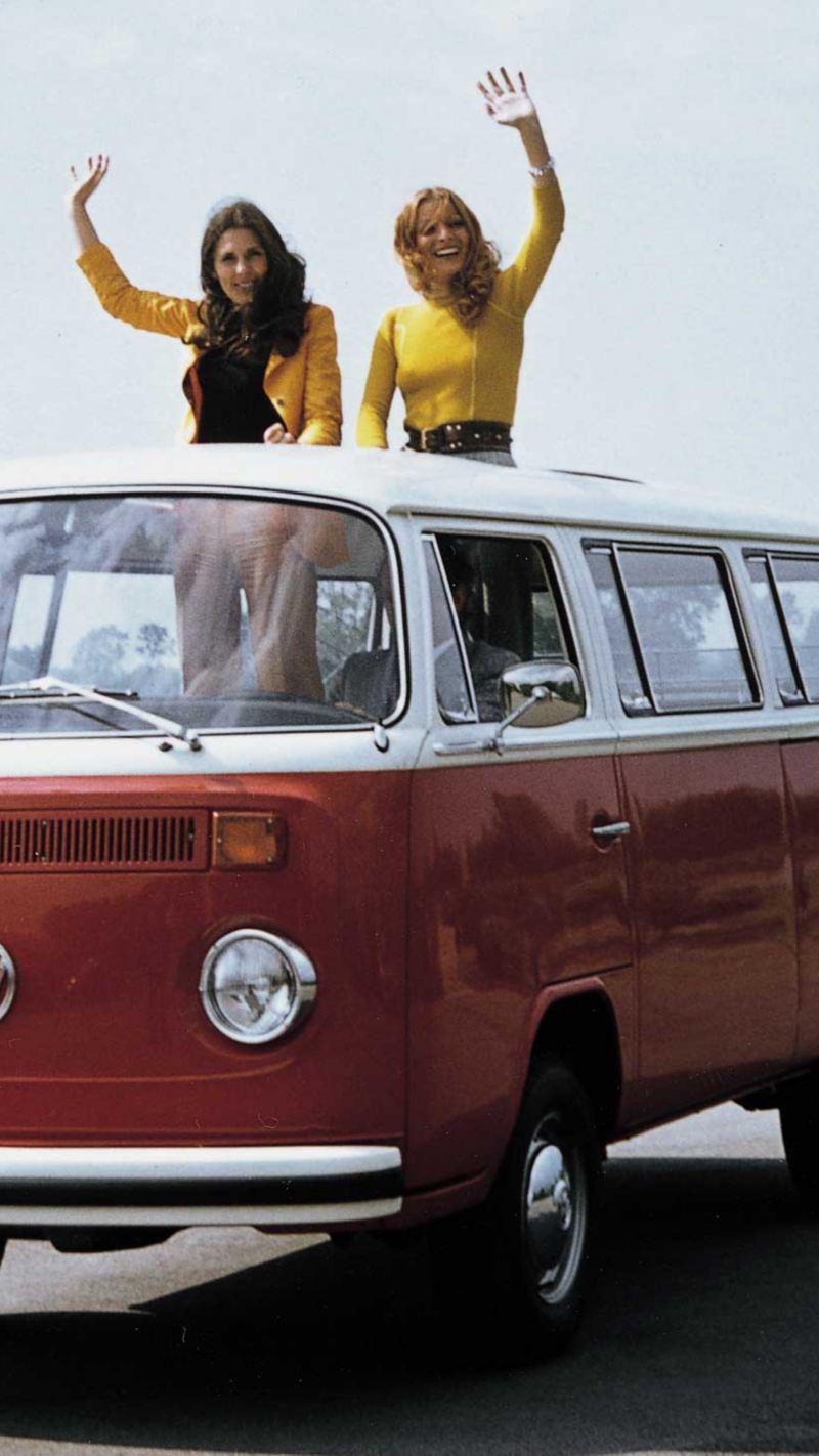 Volkswagen Folkabuss röd och vit med två kvinnor