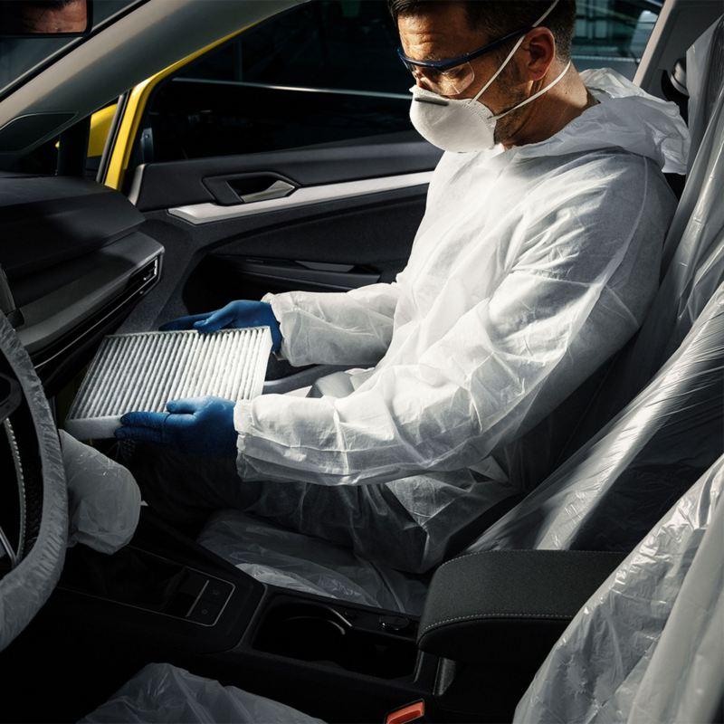 Trabajador de Volkswagen dando mantenimiento a auto parte de la cobertura de extensión de Garantía