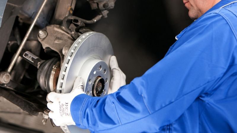 Automóvil adquiriendo mantenimiento parte de la garantía por mano de obra errónea de Volkswagen