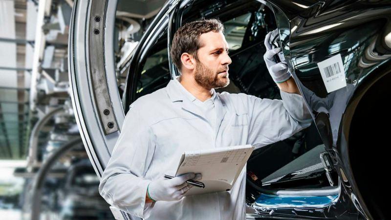 Auto rojo cubierto con la garantía Extendida Volkswagen hasta por 6 años sin límite de kilometraje.