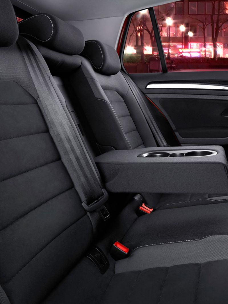 Asientos traseros forrados presentes en Golf auto deportivo de Volkswagen