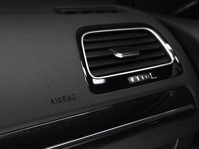 Detalles cromados presentes en interior del auto deportivo Golf 2020 de Volkswagen