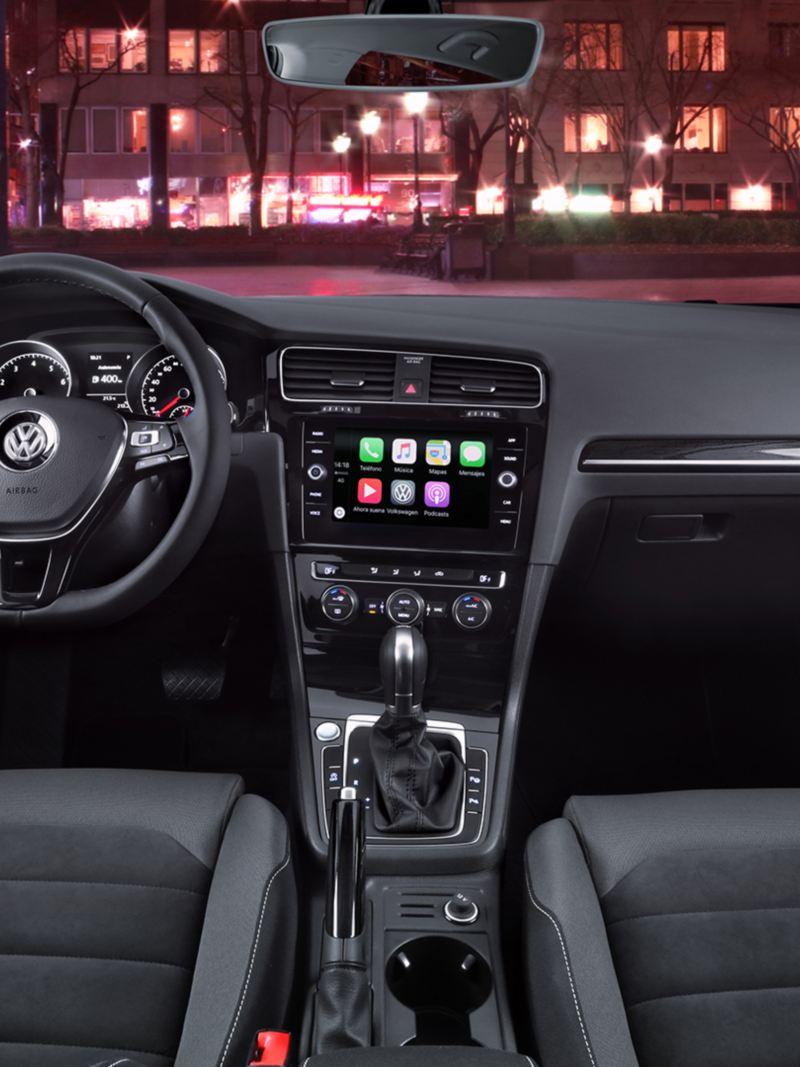 Cabina en el interior de Volkswagen Golf 2019, auto deportivo