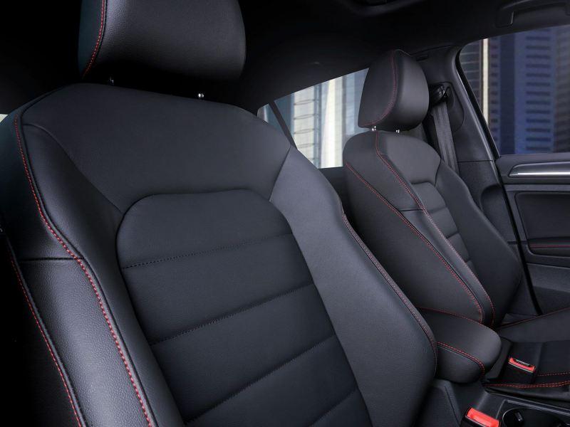 Vestiduras de asientos en piel con costuras rojas y calefacción en asientos delanteros