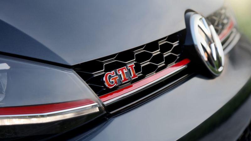 Parrilla frontal del nuevo auto deportivo Golf GTI 2020 de Volkswagen