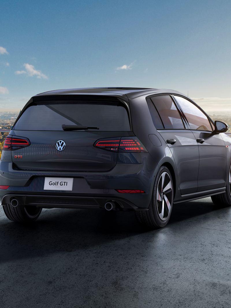 Vista trasera de Golf GTI 2020 de Volkswagen estacionado en la ciudad