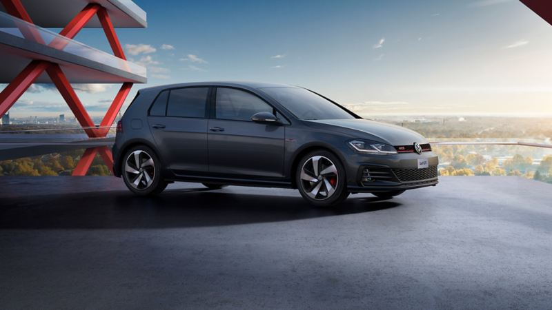 Golf GTI 2020 de Volkswagen color dark iron estacionado en la ciudad