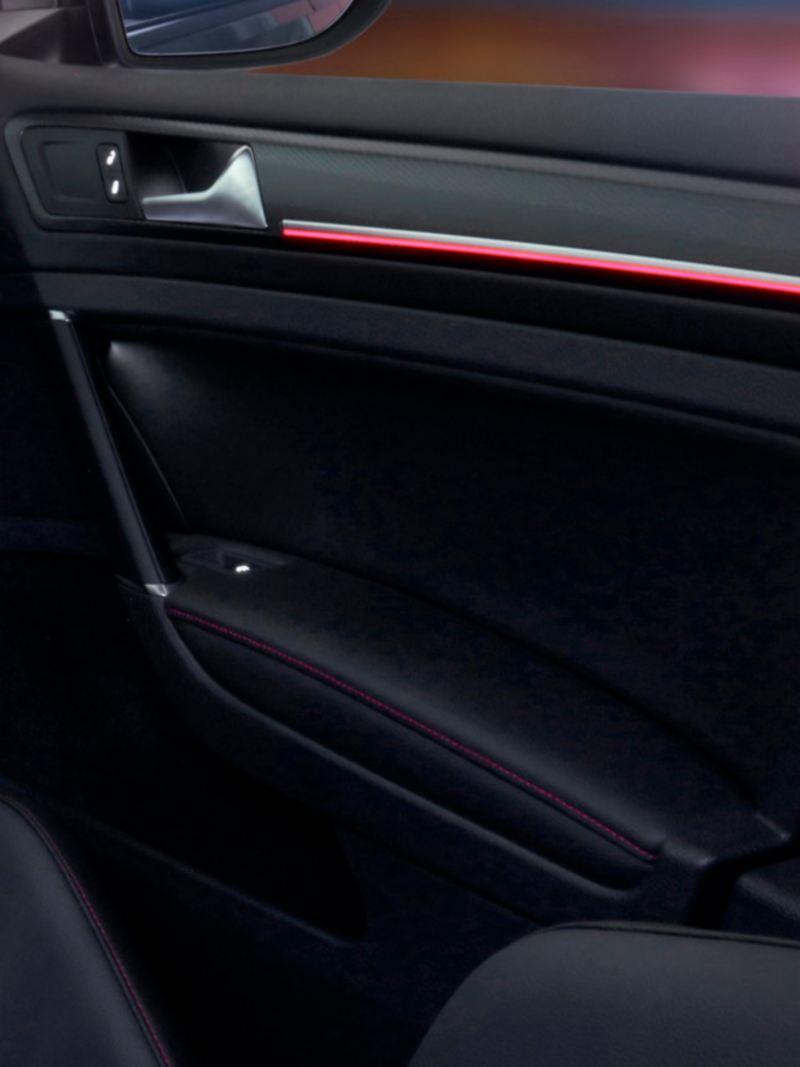 Iluminación ambiental en puertas delanteras y tablero de Golf GTI oettinger 2021