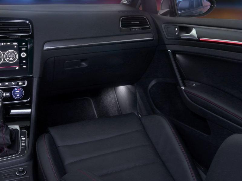 Iluminación ambiental equipada dentro del nuevo Golf GTI 2020 de Volkswagen