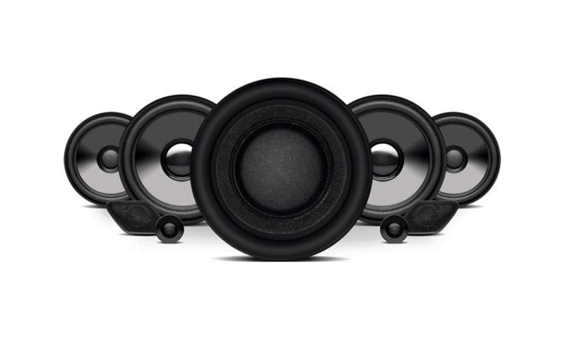 Bocinas de sistema de sonido Fender en interior de Golf GTI oettinger