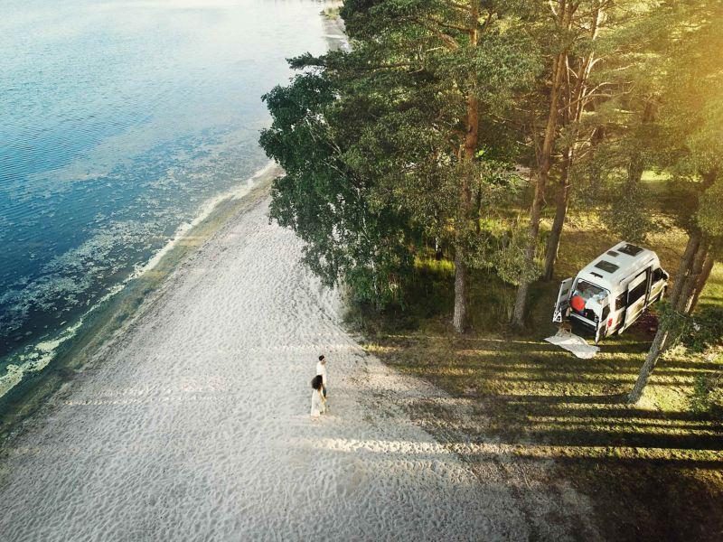 VW Grand California på en strand