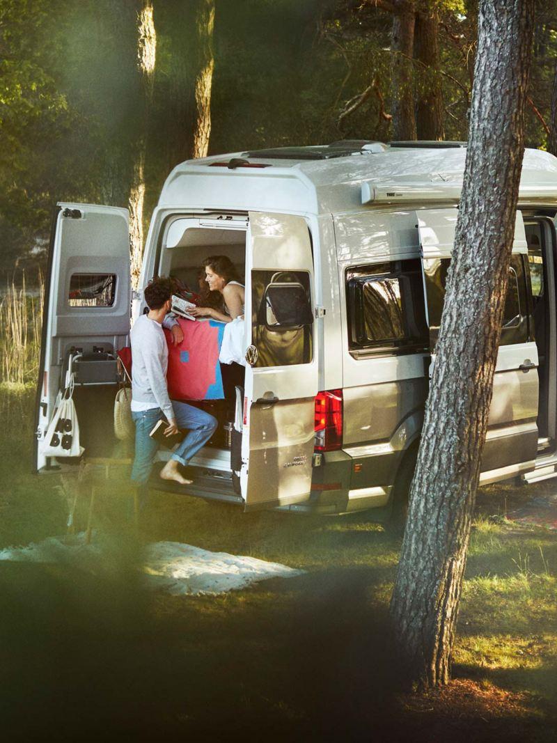 Ett par utanför en VW Grand California husbil