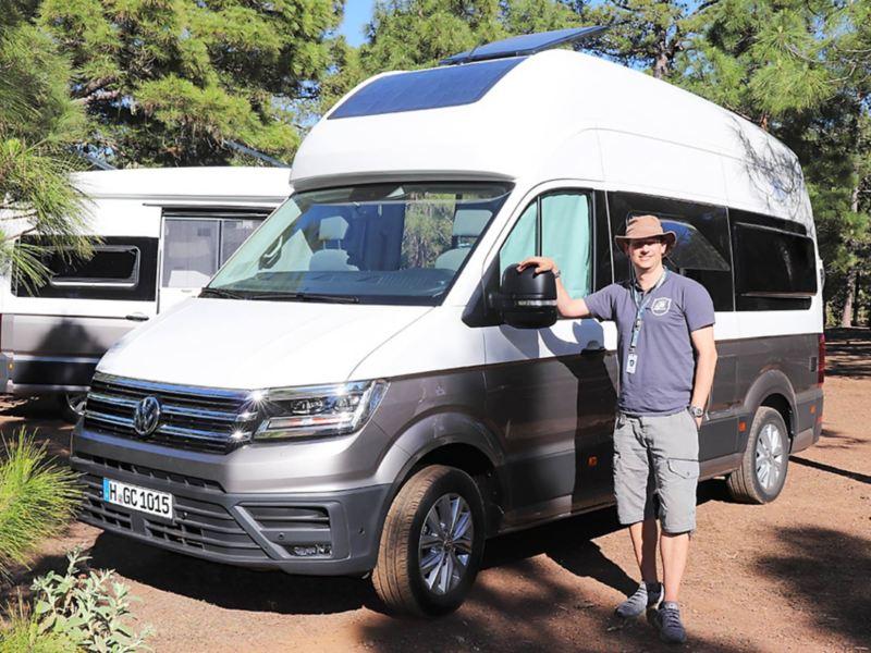 Alexander Rühland visar upp Volkswagen Grand California