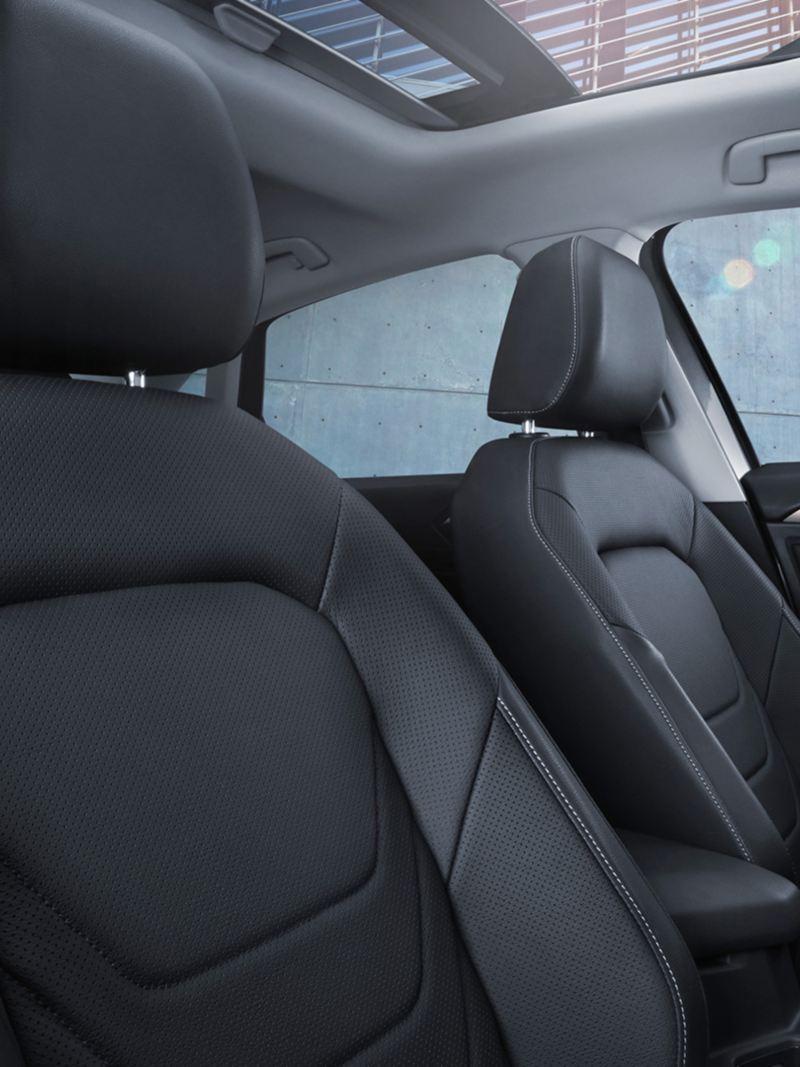 Los asientos negros en piel perforada del nuevo diseño de Jetta Volkswagen
