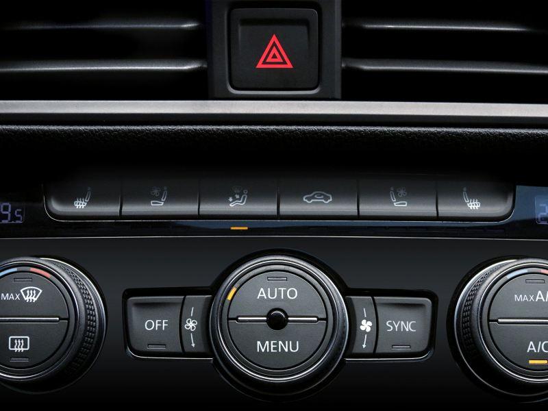 Controles de los asientos calefaccionables ventilados para un mejor confort en sedán familiar Jetta de VW
