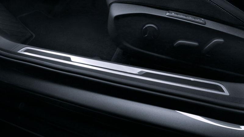 El diseño de los estribos sobre la puerta de Jetta de Volkswagen en cromo