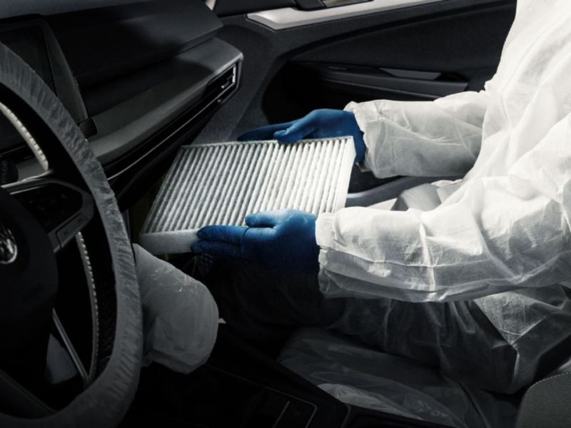 Trabajador VW haciendo servicio de limpieza y desinfección de aire acondicionado a un auto Volkswagen