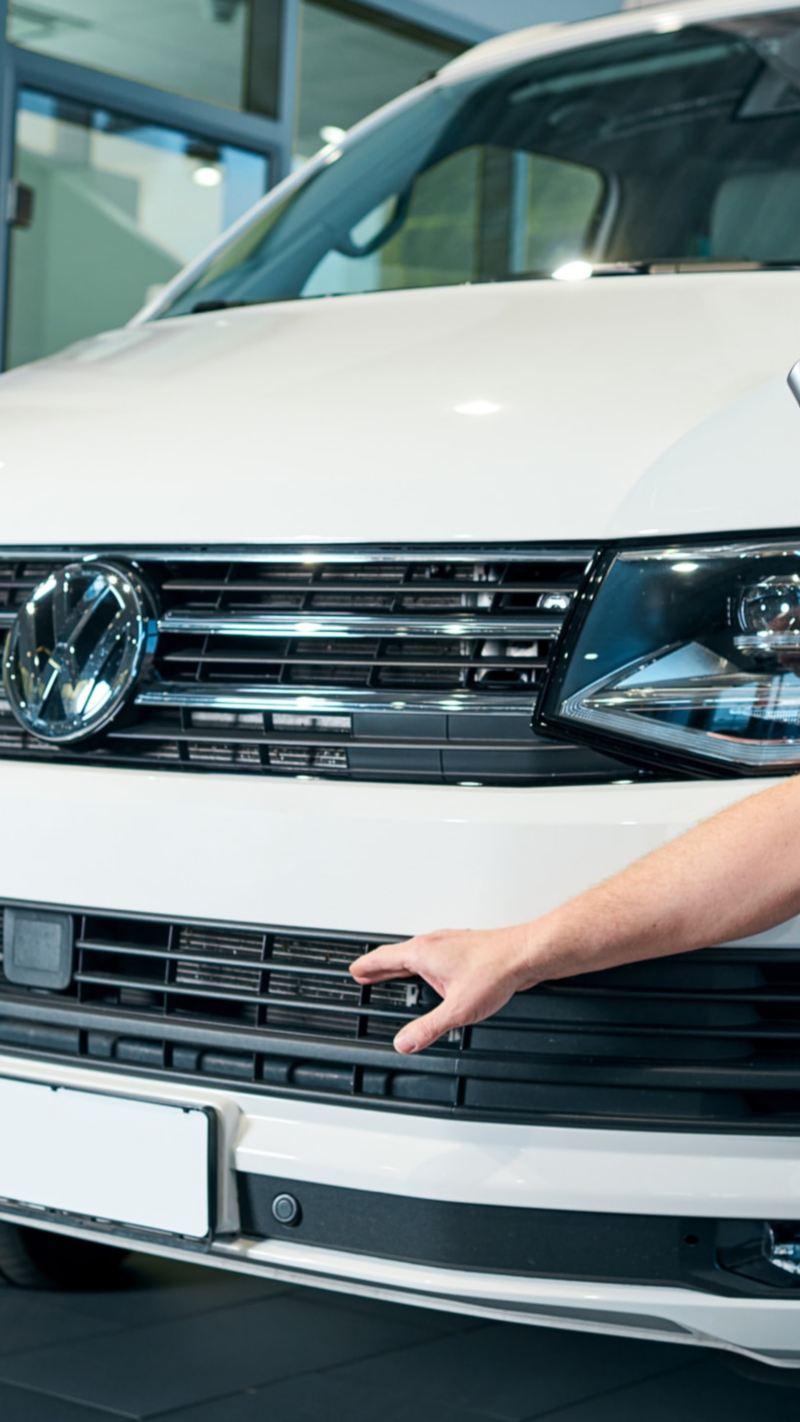 Die Live-Beratung verweist auf ein Detail an der Front des VW Transporter 6.1.