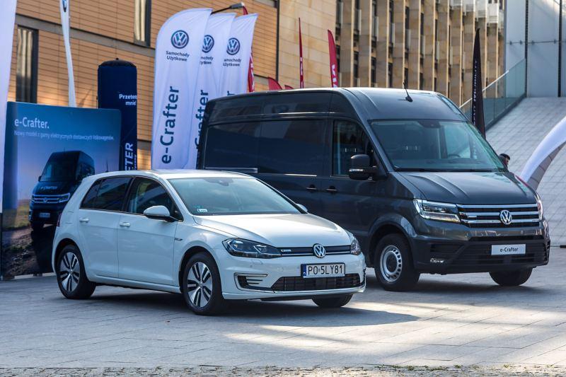 Modele marki Volkswagen przed budynkiem, w którym odbywał się Kongres