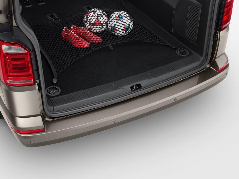 Ein Gepäcknetz in einem Kofferraum eines Volkswagen Nutzfahrzeuges.
