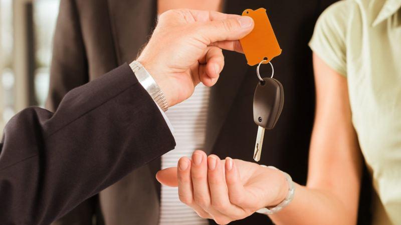 Mujer adquiriendo llaves de auto usado con garantía de Volkswagen