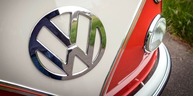 Die Volkswagen Beschriftung am restaurierten T1.