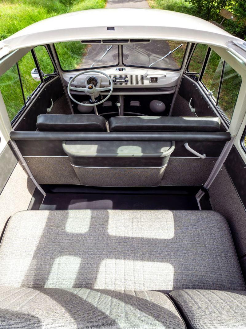Ein Blick durch das Sonnendach in die Fahrerkabine des restaurierten Volkswagen T1.