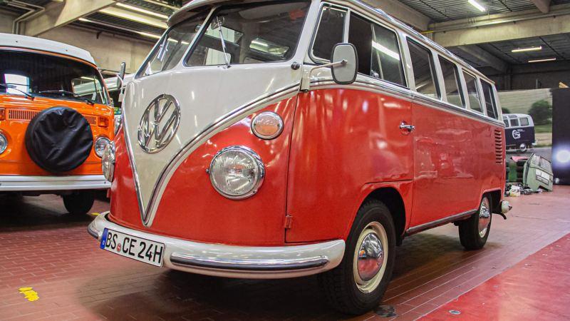 Der restaurierte Volkswagen T1 schräg von vorne.