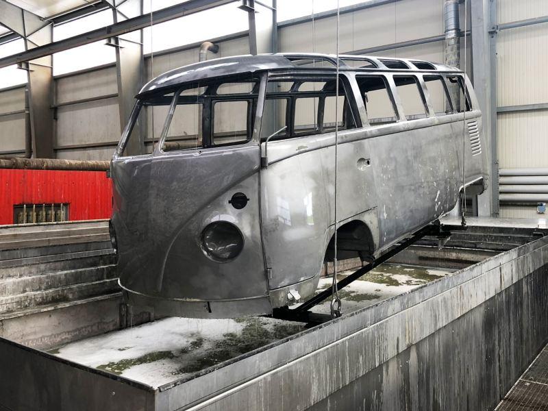 Ein Volkswagen T1 in der Tauchbadentlackung.