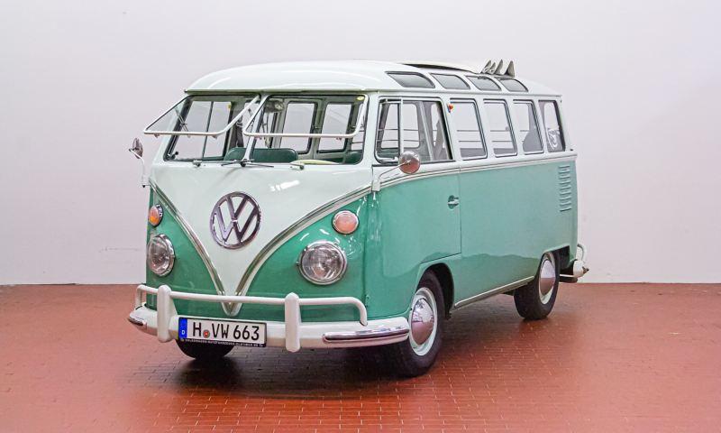 """Amy - 1963 T1 Kleinbus """"Safarifenster"""" schräg von vorne."""
