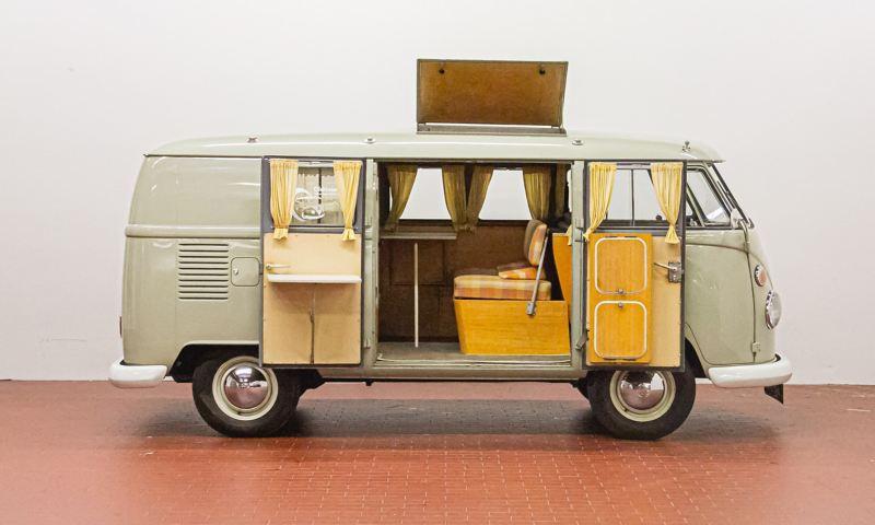 Costa - 1965 T1 Campingwagen Westfalia von der Seite mit geöffneter Tür.