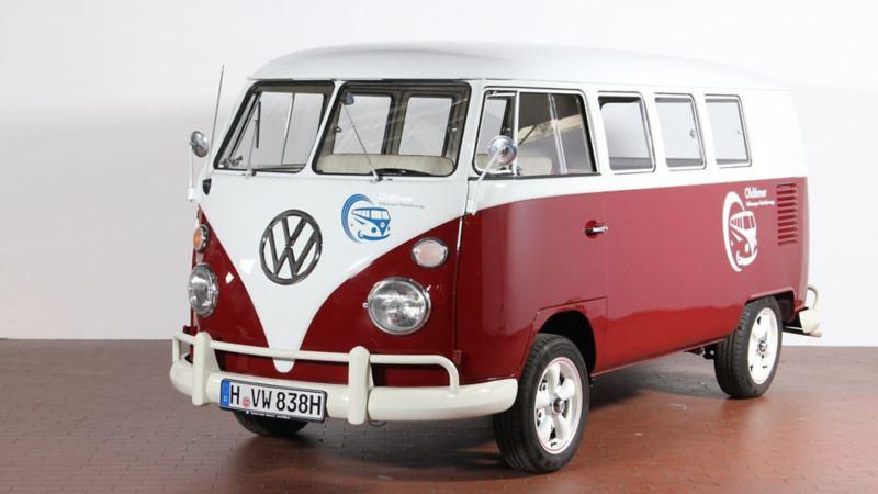 Ein alter VW Transporter von schräg vorne.