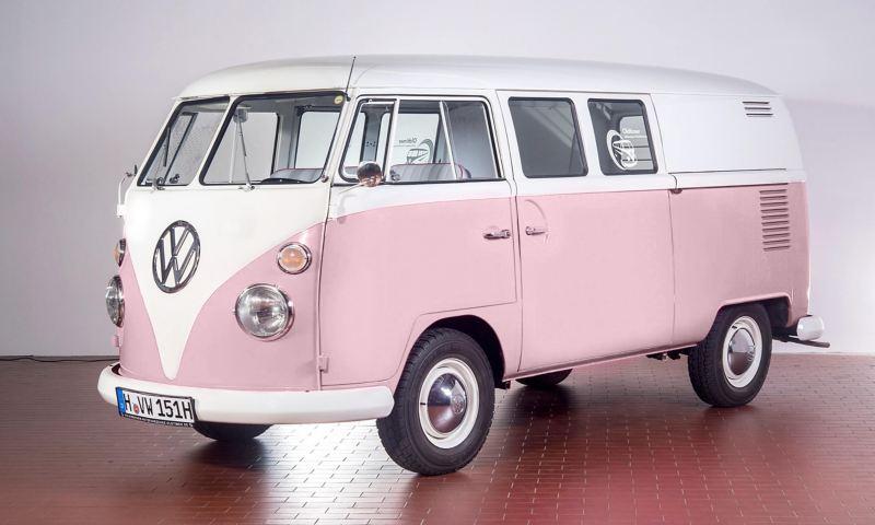 Lola - 1965 T1 Kleinbus mit zwei Schiebetüren schräg von vorne.