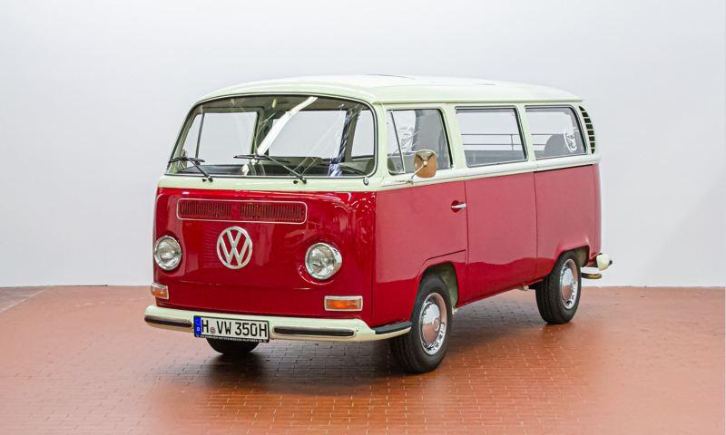 Udo - 1971 T2 Kleinbus mit Schiebedach schräg von vorne.