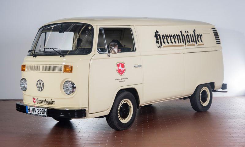 """Herri - 1973 T2 Kastenwagen """"Herrenhäuser"""" schräg von vorne."""