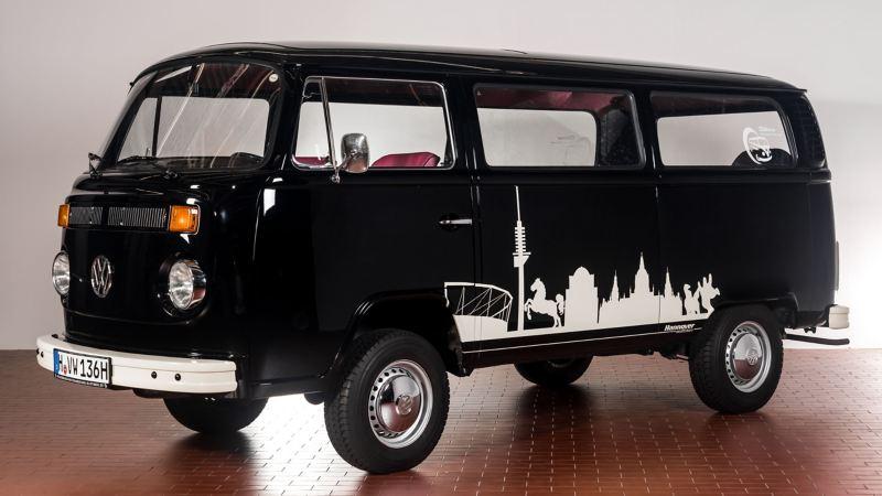 Ein alter VW Bus von der Seite.