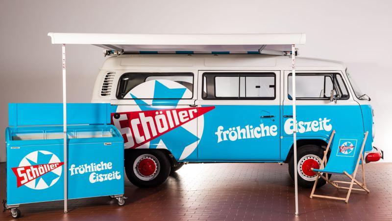 Ein alter VW Bus mit Aufbau von der Seite.
